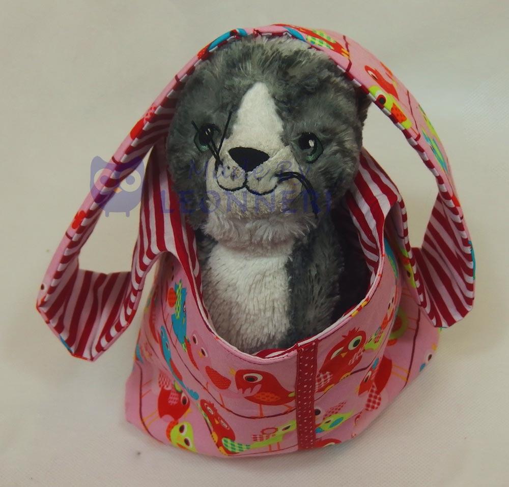 Huch...unser Kuschelkater fühlt sich in dieser Kindertasche sichtlich wohl :)