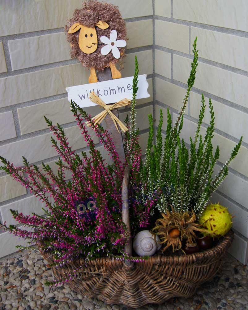 Herbstliche Gestecke an der Haustür wirken einladend und verschönern jedes Haus