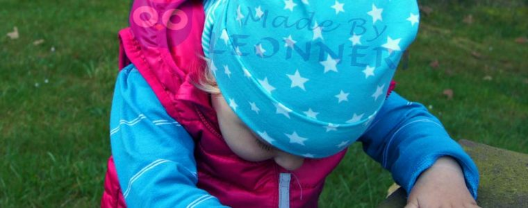 Türkisfarbene Mütze mit kleinen Sternen