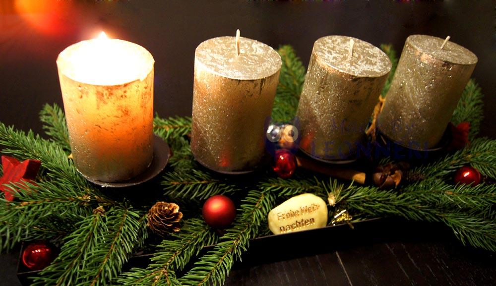 Adventskranz: silberne Kerzen, ein paar rote Christbaumkugeln und ganz viel Natur