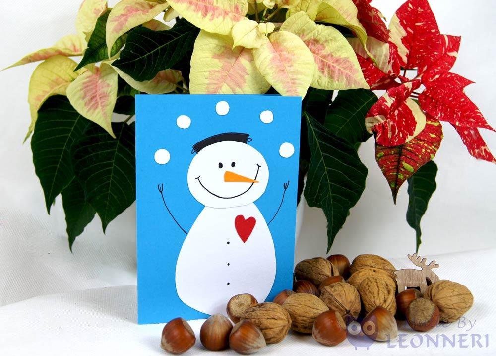 Schneeballschlacht mit dem fröhlichen Schneemann