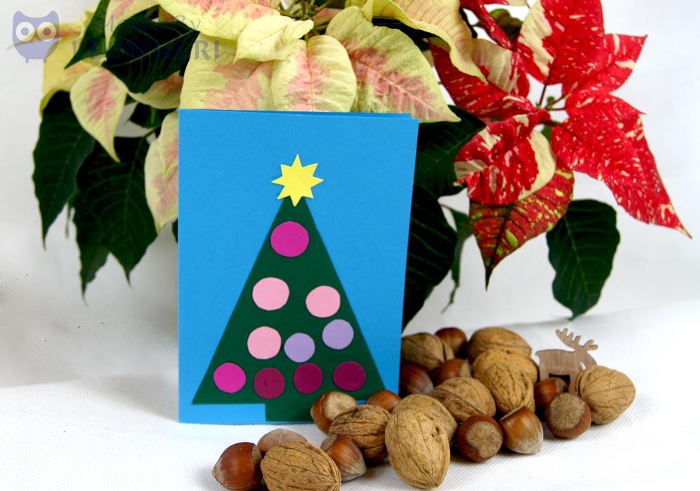 Tannenbaum mit bunten Christbaumkugeln und einem Stern